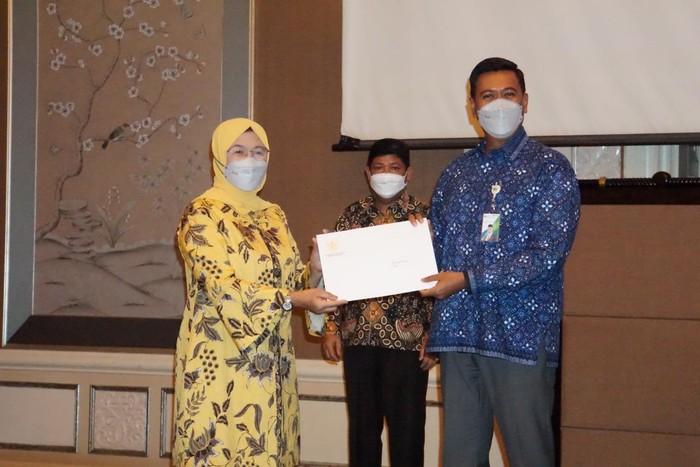 Direktur Jenderal Pembinaan Pengawasan Ketenagakerjaan dan Keselamatan dan Kesehatan Kerja Haiyani Rumondang menyerahkan petikan kepres kepada Direktur Utama BPJAMSOSTEK Anggoro Eko Cahyo