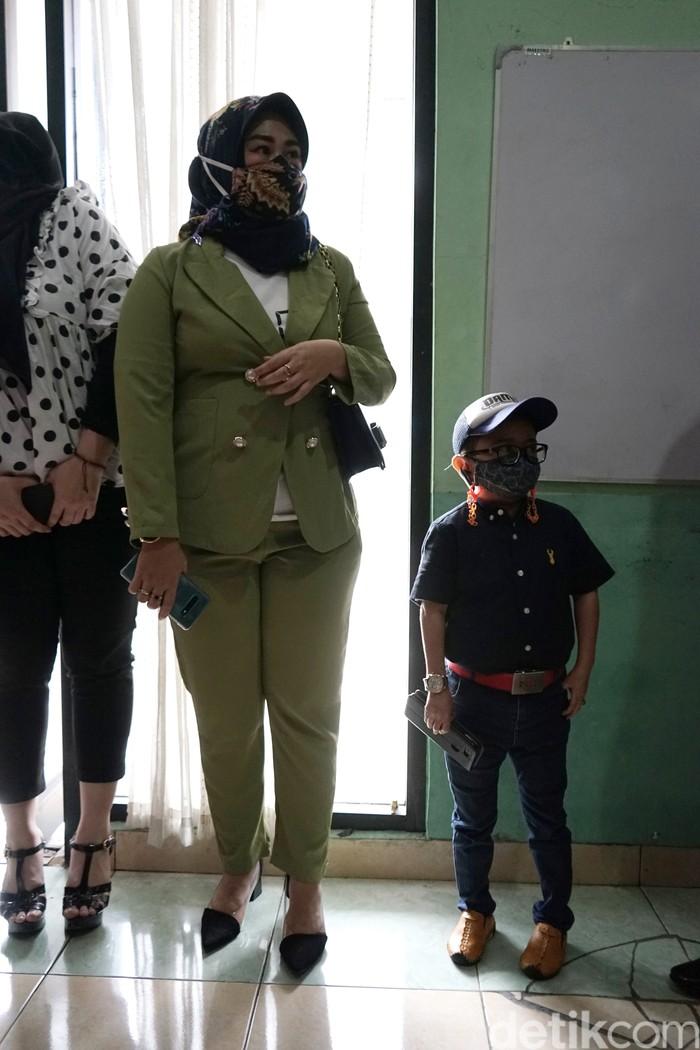 Daus Mini dan istri saat menyambangi Komnas Perlindungan Anak.