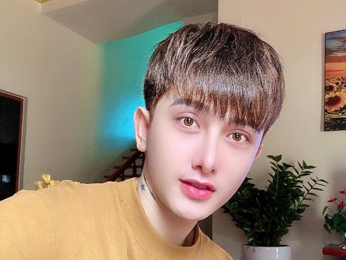 Do Quyen, pria yang viral karena wajahnya berubah drastis setelah operasi plastik.