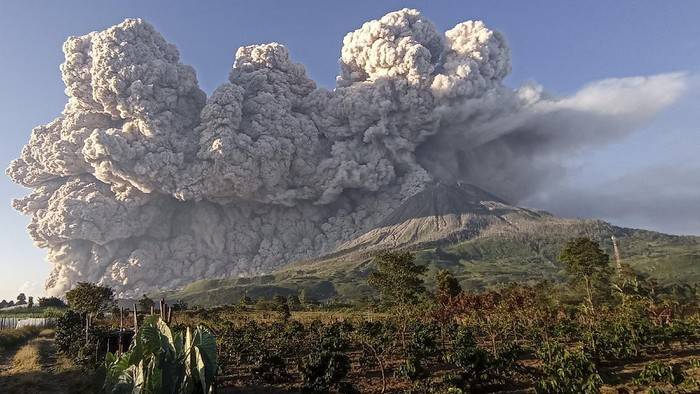 Gunung Sinabung menyemburkan material vulkanik saat erupsi di Desa Kuta Rakyat, Naman Teran, Karo, Sumatera Utara, Selasa (2/3/2021). Gunung Sinabung erupsi dengan tinggi kolom 5.000 meter di atas puncak. ANTARA FOTO/Sastrawan Ginting/Lmo/foc.