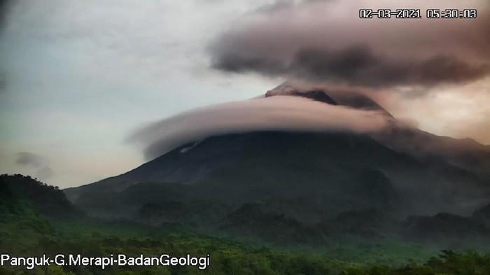 Gunung Merapi erupsi, dua kali luncurkan awan panas, Selasa (2/3/2021).