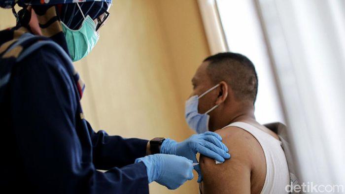 Vaksinasi COVID-19 tahap kedua mulai dilakukan di Tangerang Selatan. Guru hingga TNI menjalani vaksinasi COVID-19 tahap kedua tersebut.