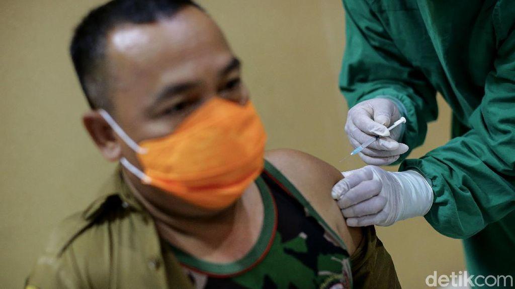 Guru-TNI Jalani Vaksinasi COVID-19 Tahap Kedua di Tangerang Selatan