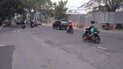 Warga Keluhkan Bekas Tambalan Bikin Jalan Balai Kota Medan Bergelombang