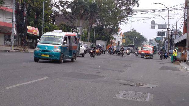 Jalan Balai Kota arah Jalan Putri Hijau Medan penuh tambalan dan bergelombang