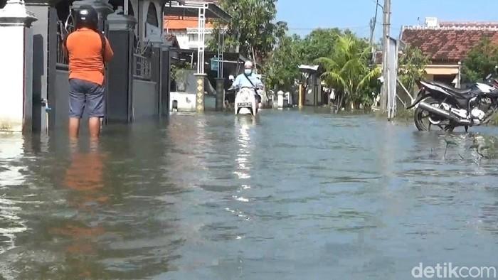 jalan di Lamongan yang masih terendam banjir