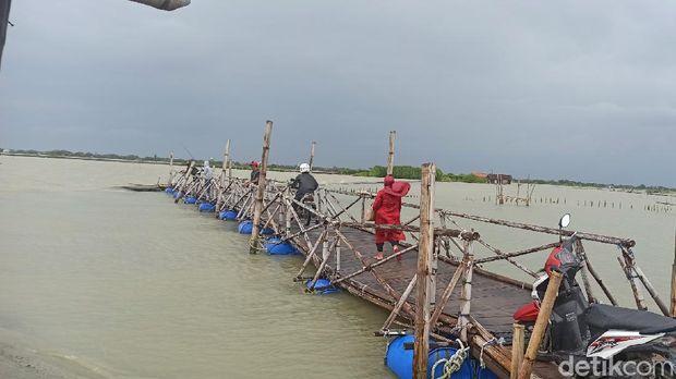 Jalan keluar masuk satu-satunya ke Dukuh Mondoliko, Desa Bedono, Kabupaten Demak, Jawa Tengah,yang langganan terendam banjir rob, Selasa (2/3/2021).