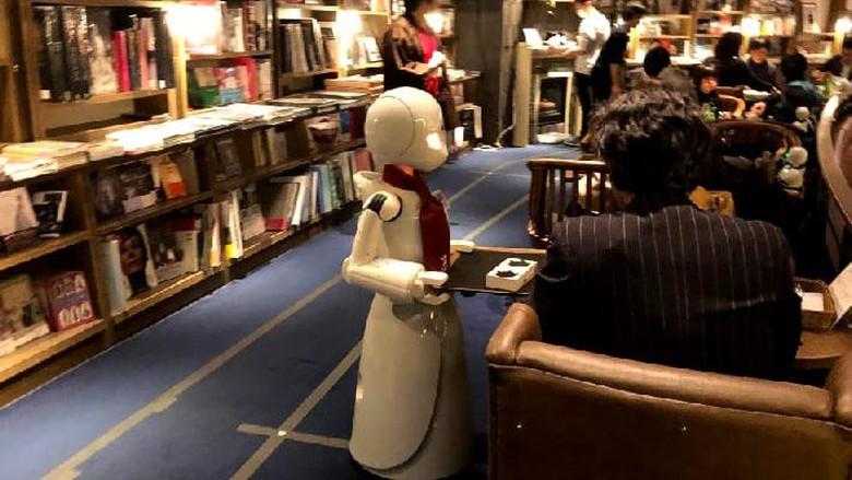 Jepang tak berhenti berinovasi. Kini di sana ada sebuah kafe yang pelayannya adalah robot. Robot ini dikendalikan oleh para difabel.