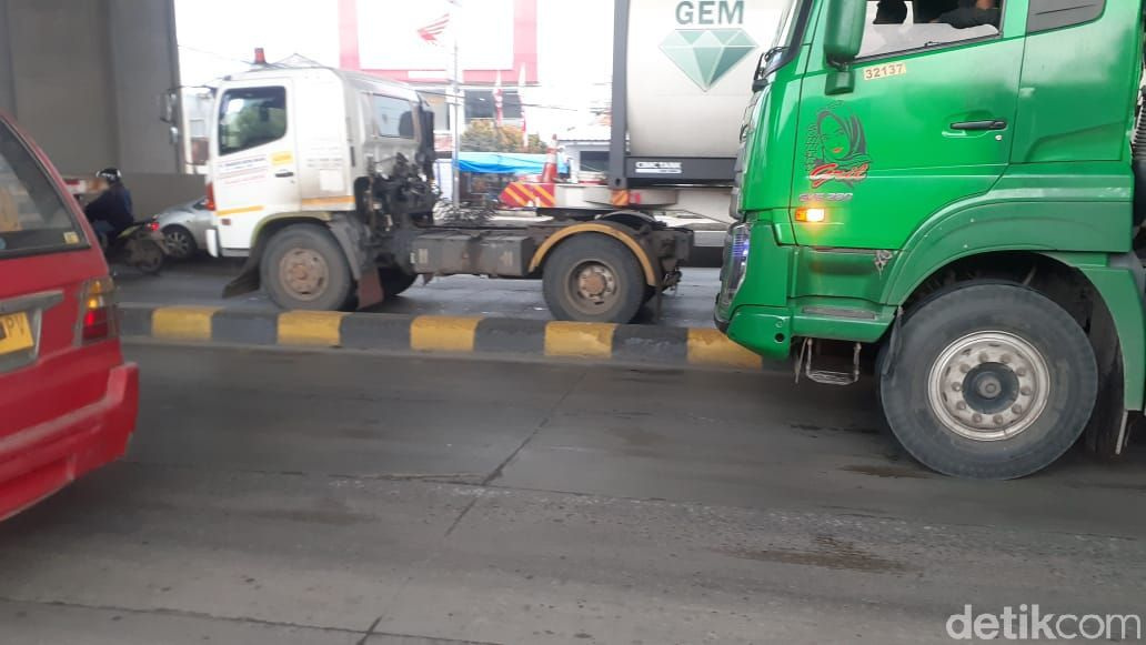 Jl Raya Cilincing, Lagoa, Koja, Jakarta Utara, kini pembatas jalannya dicat terang. 2 Maret 2021. (Afzal Nur Iman/detikcom)