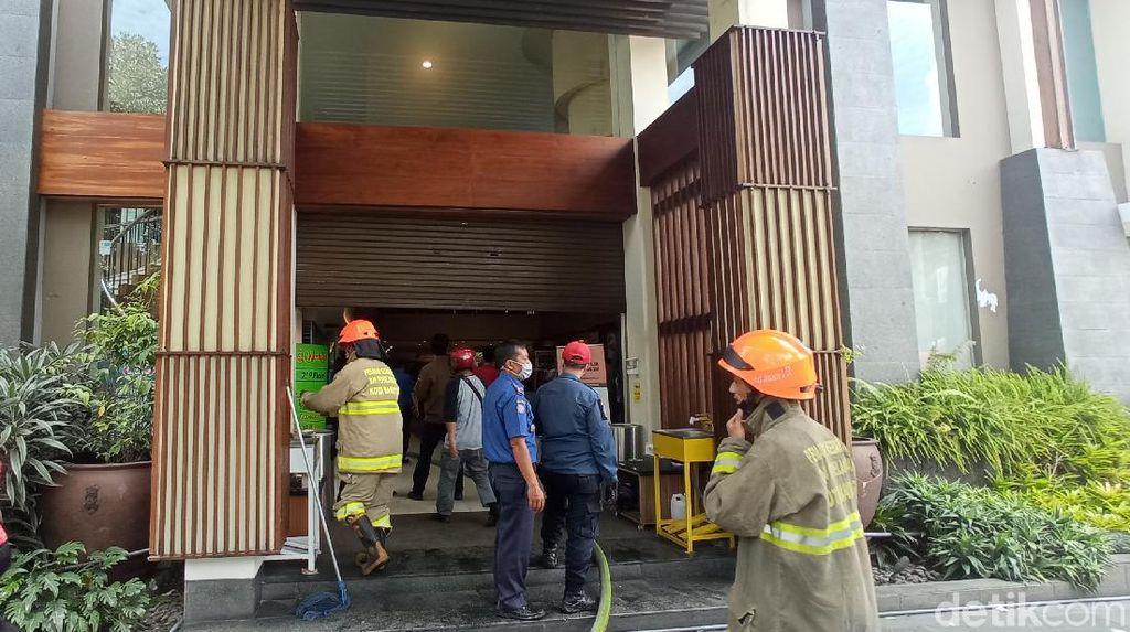 Damkar Selidiki Penyebab Kebakaran Toko Kue Kartika Sari Bandung