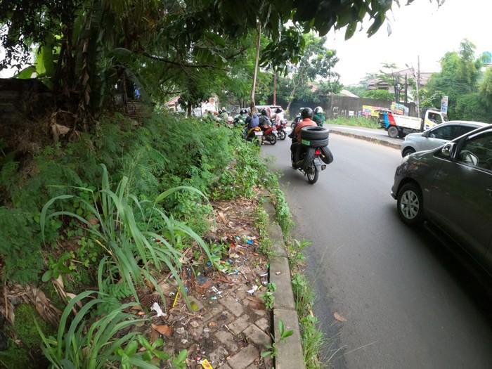 Kondisi trotoar di perbatasan Tangerang Selatan dan DKI Jakarta penuh sampah dan tanaman liar