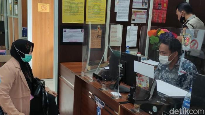 Korban saat melapor di SPKT Polrestabes Palembang. (foto. Prima Syahbana)