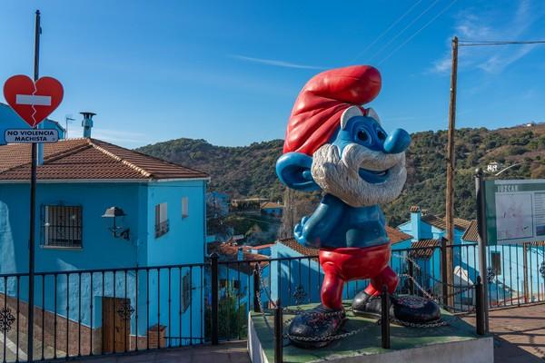 Tak hanya dicat biru, kota ini juga dihiasi patung-patung smurf. (Getty Images/iStockphoto)