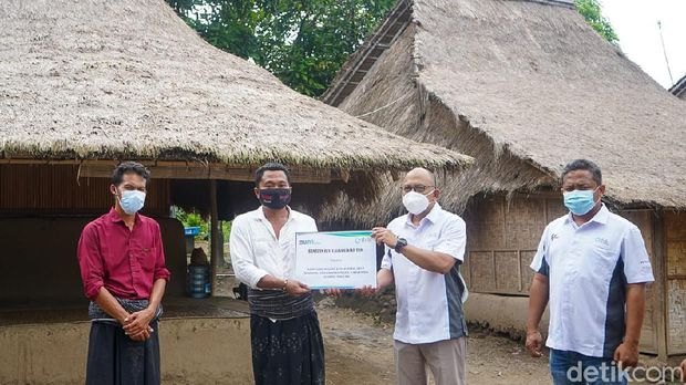 PT Indonesia Tourism Development Corporation (ITDC) The Mandalika melakukan perbaikan terhadap rumah adat suku sasak yang berlokasi di sekitar kawasan The Mandalika.