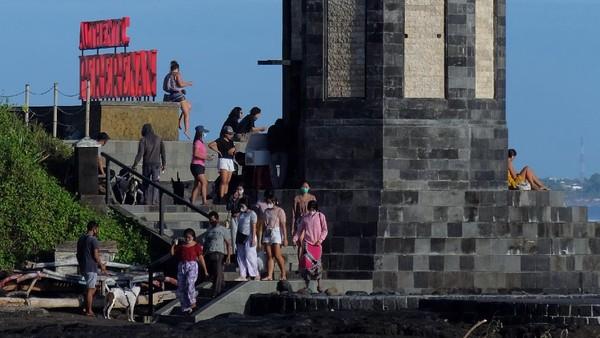 Selain sektor ekonomi dan kesehatan, dampak pandemi COVID-19 terasa signifikan bagi sektor pariwisata di Indonesia. Dilansir dari Antara, Badan Pusat Statistik (BPS) merilis jumlah kunjungan wisatawan mancanegara ke Indonesia pada bulan Januari 2021 mengalami penurunan sebesar 89,05 persen dibandingkan dengan bulan Januari 2020, yaitu dari 1,29 juta kunjungan menjadi 141,26 ribu kunjungan.