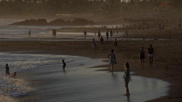 Upaya meningkatkan minat masyarakat Indonesia terhadap pariwisata domestik itu pun dilakukan dengan mendorong pariwisata yang aman di masa pandemi, salah satunya dengan menerapkan protokol kesehatan. Penerapan protokol kesehatan di tempat-tempat wisata itu pun diharapkan dapat memberikan rasa aman bagi para wisatawan saat hendak berkunjung ke destinasi wisata tersebut di masa pandemi.