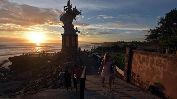 Sejumlah wisatawan beraktivitas di dekat patung Gajah Mina saat mengunjungi Pantai Pererenan, Badung, Bali, pada Senin (1/3/2021) kemarin.