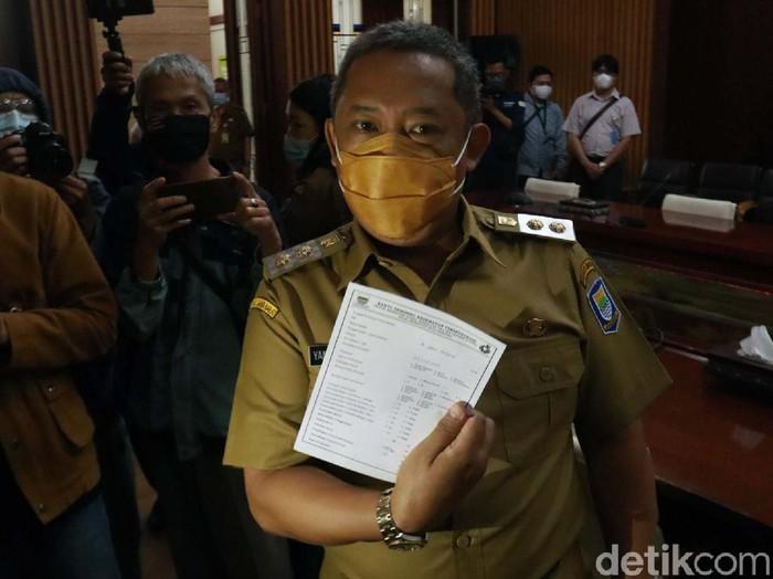 Wakil Wali Kota Bandung Yana Mulyana menjalani vaksinasi COVID-19 di Balai Kota Bandung. Yana mengaku pegal dan ngantuk usai divaksinasi.