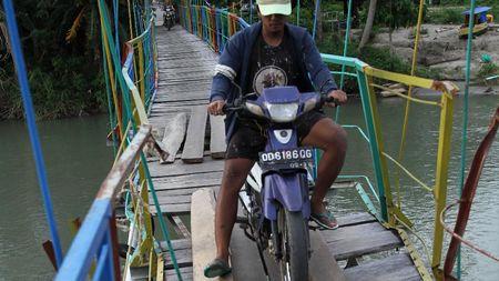 Ngeri! Warga Nekat Wara-wiri Lintasi Jembatan Rusak di Sultra