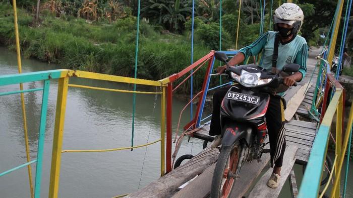 Jembatan gantung penghubung antar desa di Kabupaten Kolaka Utara, Sultra, rusak. Meski begitu, warga nekat melintas karena jembatan itu akses jalan satu-satunya