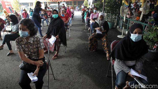 Vaksinasi COVID-19 untuk pedagang, PKL dan pekerja sektor informal digelar secara massal di Pasar Beringharjo, Yogyakarta. Total ada 19.900 pedagang yang akan divaksin.