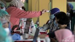 Vaksinasi COVID-19 untuk pedagang, PKL dan pekerja sektor informal digelar di Pasar Beringharjo, Yogyakarta. Total ada 19.900 pedagang yang akan divaksin.