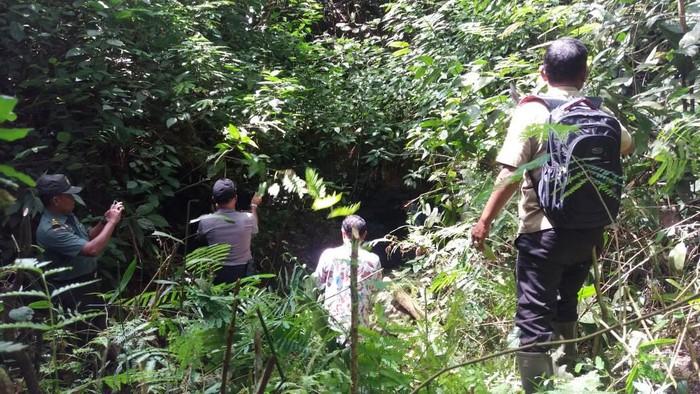 Pengecekan luweng Pace, Kecamatan Giritontro, Wonogiri.