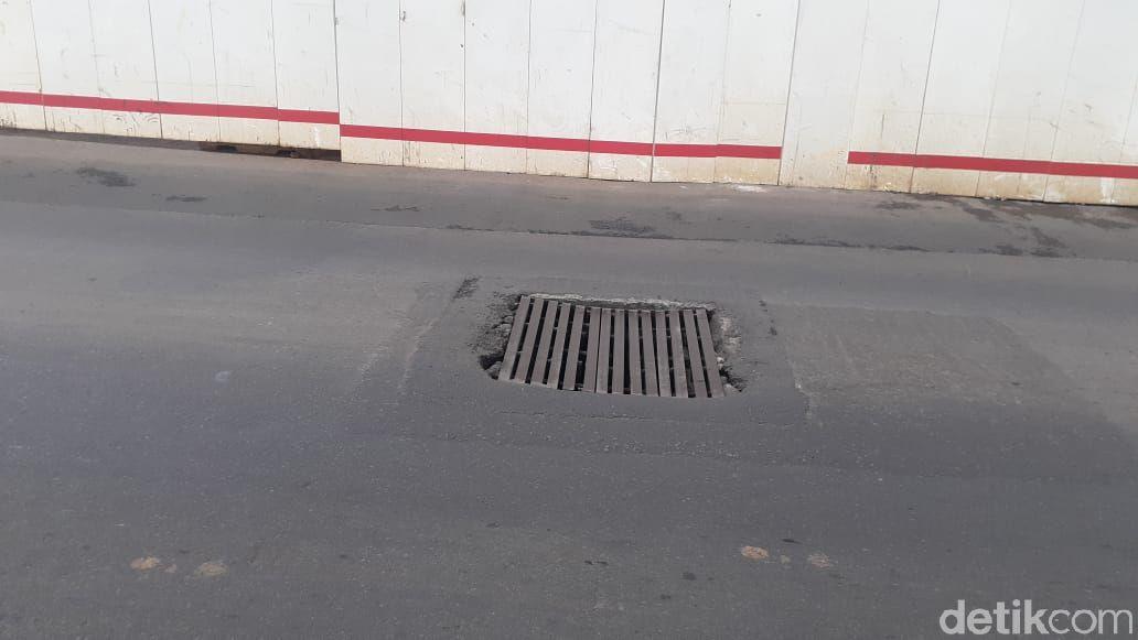 Penutup gorong-gorong tak rata dengan permukaan jalan di Jl Gatsu sekitar Pancoran, telah diperbaiki, masih ada yang belum rata. 2 Maret 2021. (Afzal Nur Iman/detikcom)