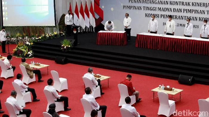 KPK melaksanakan penandatangan kontrak kinerja pada tahun 2021. Penandatanganan kontrak kinerja itu untuk pimpinan tinggi madya dan pimpinan tinggi pratama.