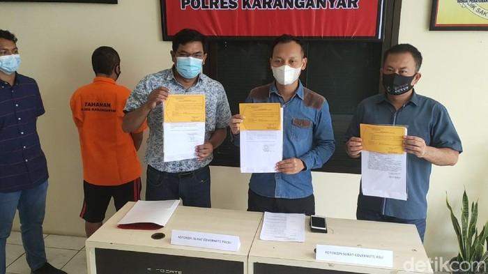Polisi saat menggelar rilis kasus pemalsuan surat di Satreskrim Polres Karanganyar, Selasa (2/3/2021)