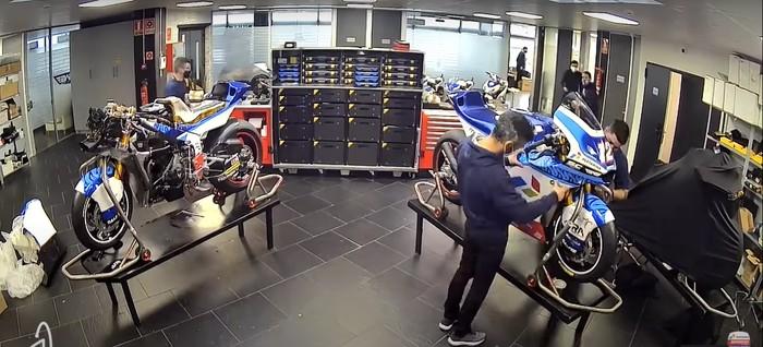Proses perakitan motor Moto2 Pertamina Mandalika SAG Racing Team