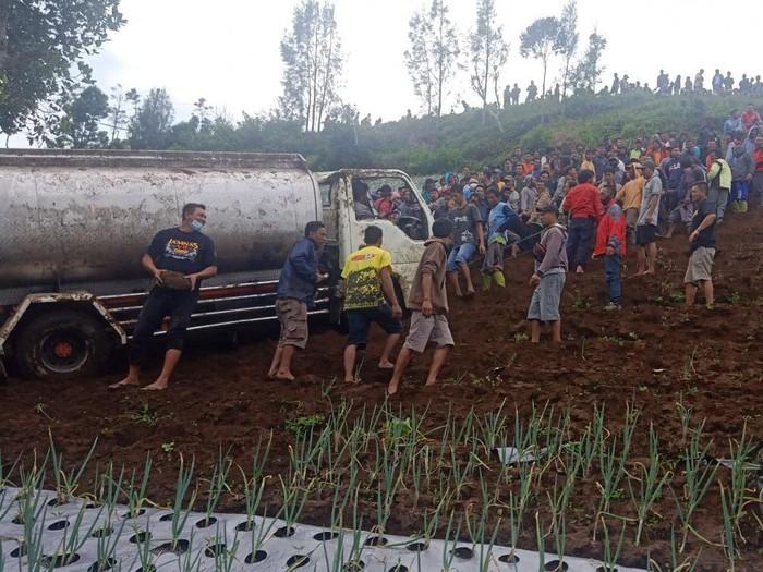 Ratusan orang gotong royong evakuasi truk kecelakaan di Karanganyar, Minggu (2/3/2021).