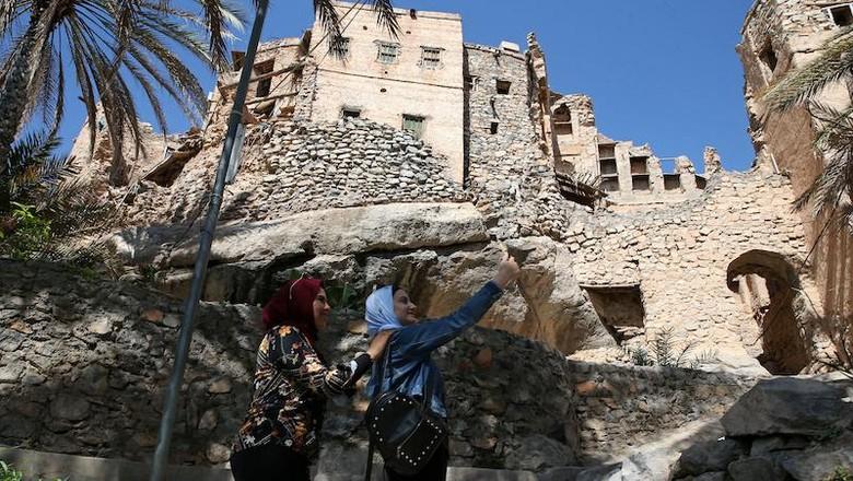Di puncak gunung Oman, terdapat sebuah desa yang cukup unik bernama Misfat al-Abriyeen. Di sana terdapat rumah dari batu bata yang disulap menjadi hotel butik.