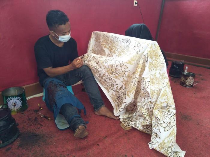 Seorang warga disabilitas di Panti Rehabilitasi Sosial tengah membatik tulis