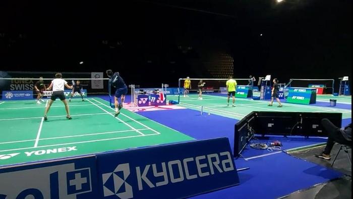 Pebulutangkis Indonesia berlatih di lapangan Swiss Open 2021, Senin (1/3).