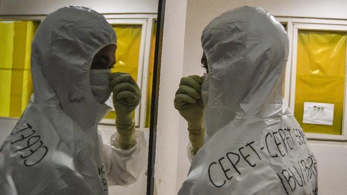 Setahun sudah virus Corona merebak di Indonesia. Upaya mengatasi pandemi pun dilakukan salah satunya alih fungsi Wisma Atlet jadi Rumah Sakit Darurat COVID-19.