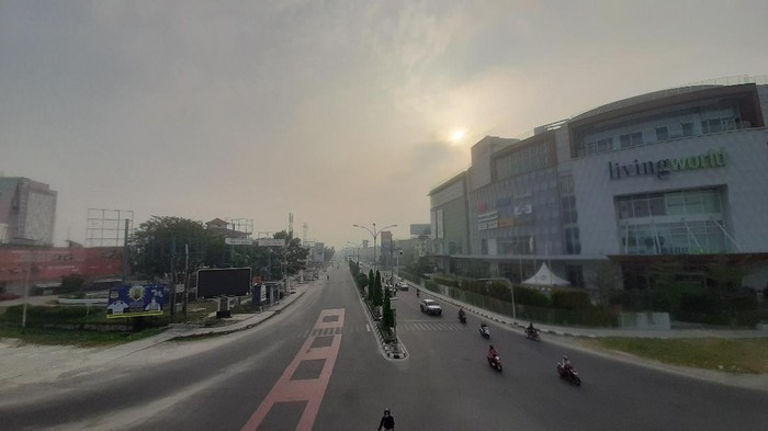 Suasana Kota Pekanbaru saat diselimuti kabut asap tipis hari ini.