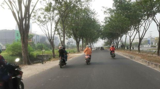 Suasana Kota Pekanbaru saat diselimuti kabut asap hari ini.