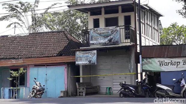 Tiga terduga teroris diringkus Densus 88 Antiteror di Bojonegoro pagi tadi. Salah satunya YP (40) yang tinggal di Jalan Raya Kuncen, Desa Kuncen, Padangan.