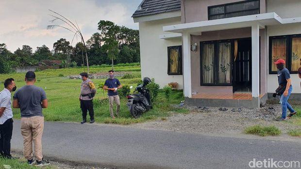 Dua terduga teroris diamankan Densus 88 Antiteror di Kabupaten Kediri siang tadi. Keduanya diamankan saat keluar rumah menggunakan mobil.