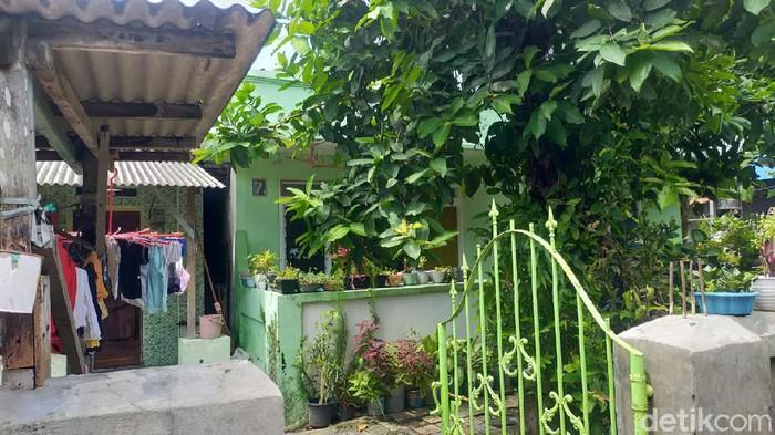 Densus 88 Antiteror juga menangkap terduga teroris di Surabaya Barat. Penggeledahan kemudian dilakukan di rumahnya yang berada di Surabaya Utara.