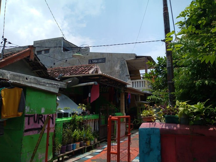 Densus 88 Antiteror juga menangkap terduga teroris di Surabaya Barat. Terduga teroris tersebut yakni ZA (43).