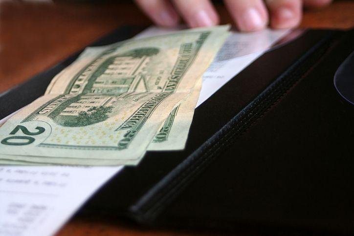 Seorang pelanggan meninggalkan tip untuk restoran di Amerika yang terdampak pandemi COVID-19. Jumlahnya sangat tinggi mencapai Rp 95 juta!
