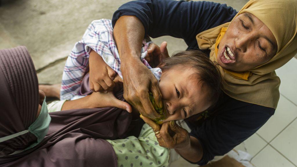 Tradisi cekok jamu bagi anak-anak di Bantul