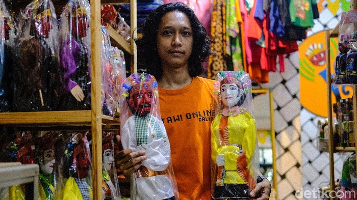 UMKM jadi salah satu sektor terdampak pandemi COVID-19. Pedagang ondel-ondel di dekat Setu Babakan, Jakarta, ini punya cara untuk mempertahankan omzet (Andhika Prasetya/detikcom)