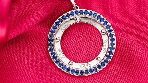 Ussy Sulistyawaty  keluarkan koleksi perhiasan