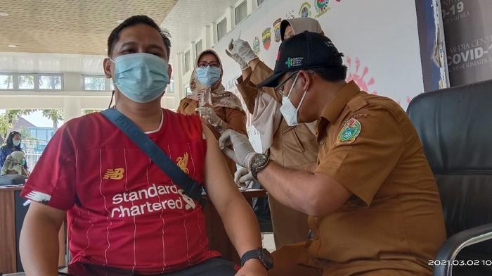 Wartawan Disuntik Vaksin di Medan