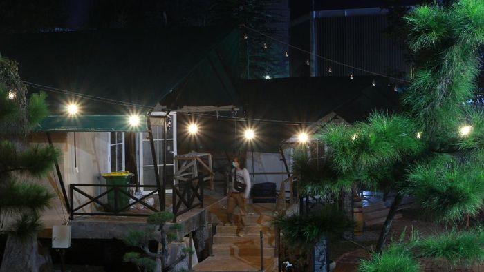 Upaya atasi virus Corona terus dilakukan di RI. Salah satunya membangun ruang isolasi untuk pasien COVID-19 berkonsep glamour camping di Tangerang Selatan.
