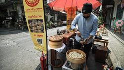 Akibat Pandemi Pemilik Kafe di Thailand Jualan Makanan di Pinggir Jalan
