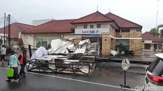 Baliho tumbang timpa 3 mobil di Tasikmalaya